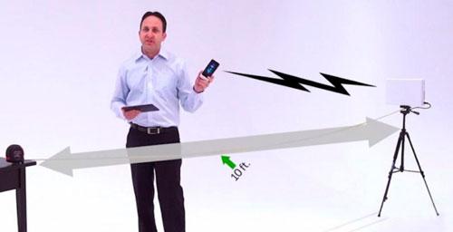 Michael Leabman, fundador y CTO de Energous, demuestra cómo uno de los routers de carga inalámbrica de la compañía puede enviar energía a distancias de alcance de rango medio y largo.